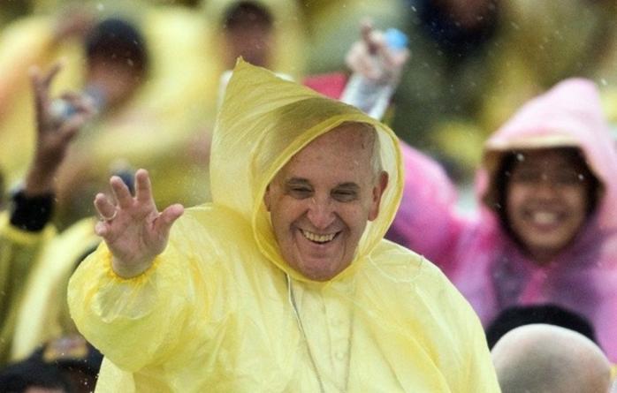 Dans la tempete aux philippines le pape passe du baume sur les souffrances article popin
