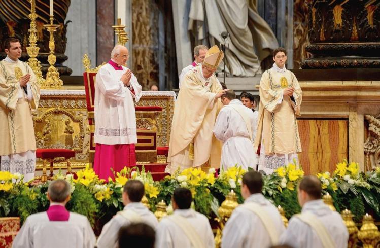Le pape a ordonne dix pretres article popin