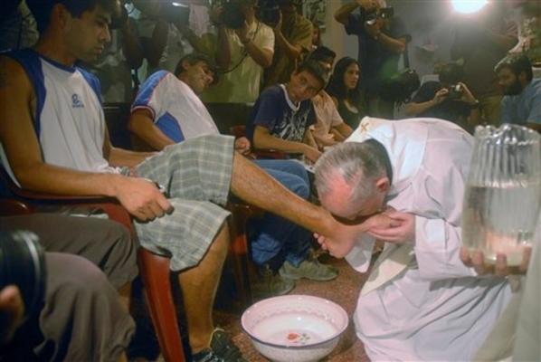 le-pape-francois-lavera-les-pieds-de-jeunes-prisonniers-article-popin.jpg